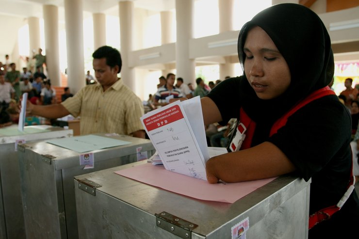 Indonesian woman voting in 2011